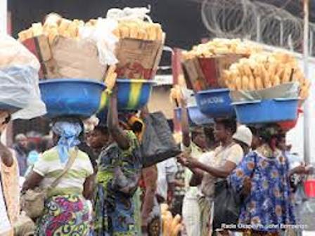 Des Vendeuses de Pain dans les rues d'Abidjan