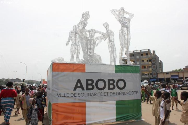 Des élèves Contemplant les statuts lumineuses en hommage aux 7 femmes tuées à Abobo pendant la guerre
